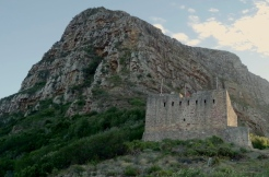 The King's Blockhouse in front of the imposing Devil's Peak.