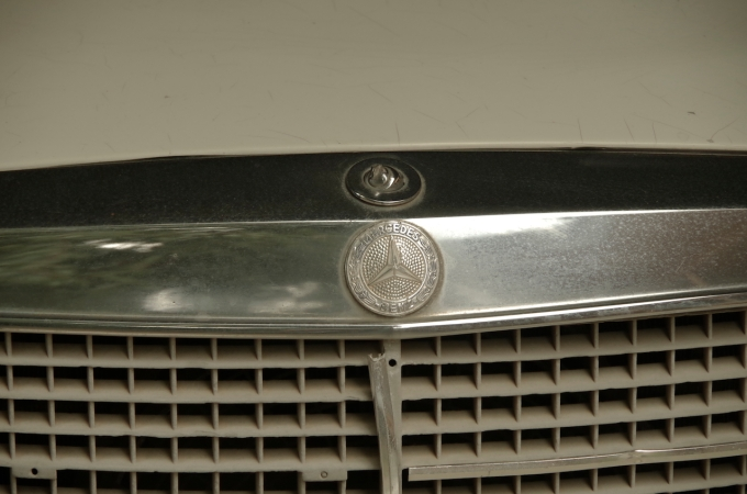 The star is missing from the Mercedes grille.